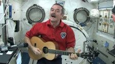 Chris Hadfield chante à partir de la Station spatiale internationale