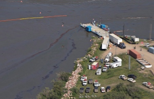 Crews work to clean up an oil spill on the North Saskatchewan river near Maidstone, Sask on Friday July 22, 2016. (THE CANADIAN PRESS/Jason Franson)