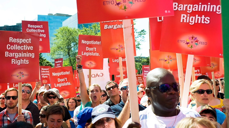 Teachers rally for collective bargaining rights in this file photo. (Aaron Vincent Elkaim / THE CANADIAN PRESS)